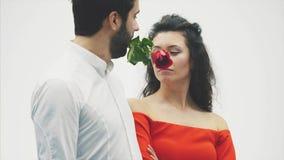 Пары Валентайн в любов Красота девушка фотомодели с красивым модельным парнем танцуя совместно Спарите очарования сток-видео