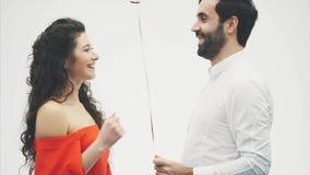 Пары валентинки Девушка красоты и ее красивый парень держа воздушный шар и целовать сердца форменный Счастливое радостное сток-видео