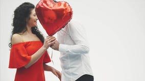 Пары валентинки Девушка красоты и ее красивый парень держа воздушный шар и целовать сердца форменный Счастливое радостное акции видеоматериалы