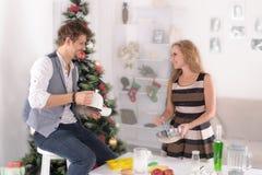 Пары варят еду на таблице праздника Стоковая Фотография RF