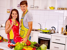 Пары варя на кухне Стоковые Изображения