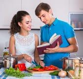 Пары варя овощи на кухне Стоковая Фотография