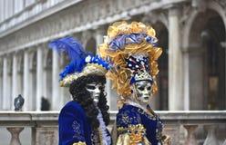 Пары венецианских костюмов в аркаде Сан Marco в Венеции Стоковое Изображение