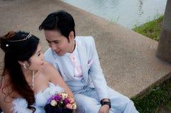 Пары венчания в парке в Таиланде Стоковые Изображения