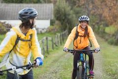 Пары велосипедиста задействуя в сельской местности Стоковое Фото