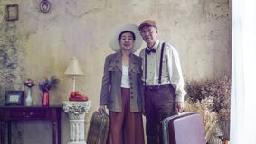Пары винтажной ретро моды азиатские старшие путешествуют роскошное отключение на корме стоковые изображения