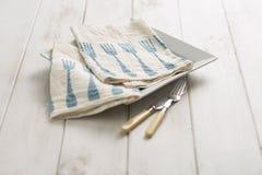 Пары Вилк-сделанных по образцу салфеток обедающего на плите Стоковое Изображение
