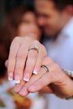 пары включено выражающ влюбленность их стоковые фото