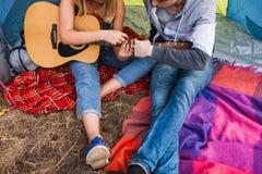 Пары влюбленности играя концепцию гитары совместно стоковые фотографии rf