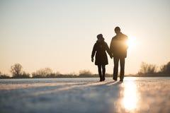Пары влюбленности идя пока держащ руки стоковая фотография