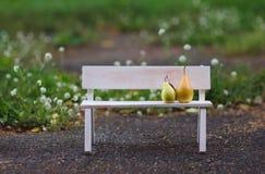 Пары влюбленности сидя на стенде Стоковое фото RF
