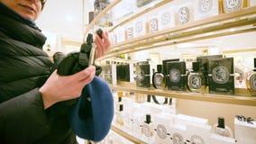 Пары внутри роскошных покупок торгового центра восхищая испытывая духи видеоматериал