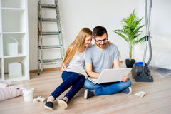 Пары восстанавливая квартиру Стоковые Фотографии RF