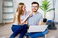 Пары восстанавливая квартиру Стоковая Фотография