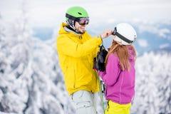 Пары во время зимы отдыхают на горах Стоковые Изображения