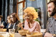 Пары во время обедающего в ресторане стоковые фото