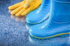 Пары водоустойчивых резиновых ботинок кроют кожей перчатки безопасности на metalli Стоковые Изображения RF