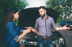 Пары враждовали, автомобиль сломали вниз на дороге стоковая фотография rf
