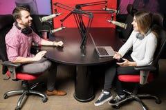 Пары вручителей радио во время шоу в прямом эфире Стоковая Фотография
