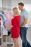 Пары выбирая рубашки в магазине Стоковые Фото