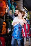 Пары выбирая рюкзак в магазине Стоковые Фотографии RF