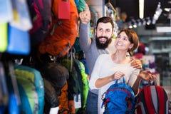 Пары выбирая рюкзак в магазине Стоковое Изображение RF