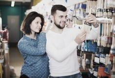 Пары выбирая щетку для украшения дома Стоковые Фотографии RF