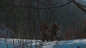 Пары выбытые Active идя в снег сток-видео