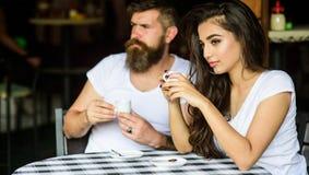 Пары выпивают черный кофе эспрессо в кафе Традиция кофе утра Пары наслаждаются горячим эспрессо Иметь черную чашку  стоковые изображения