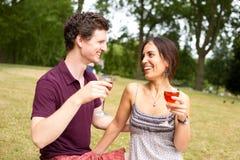 Пары выпивая в парке Стоковые Изображения RF