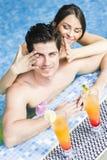 Пары выпивая коктеиль бассейном Стоковое Изображение RF