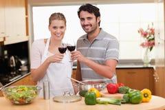 Пары выпивая стекло красного вина Стоковое фото RF