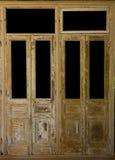 Пары выдержанных французских деревянных дверей с изолированными окнами Стоковая Фотография RF