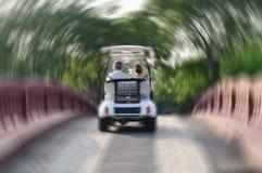 Пары в автомобиле идя над мостом, неясное изображение Стоковая Фотография