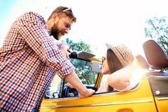 Пары в автомобиле с откидным верхом Красивые молодые пары наслаждаясь поездкой в автомобиле с откидным верхом и смотря один друго Стоковая Фотография RF