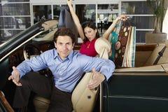 Пары в автомобиле с откидным верхом Стоковая Фотография RF