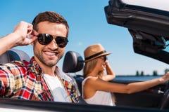 Пары в автомобиле с откидным верхом Стоковое Изображение