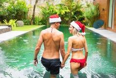 Пары в бассейне тропической виллы во время зимы отдыхают Стоковая Фотография RF