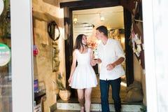 Пары в белый смотря усмехаться одина другого стоковые фотографии rf