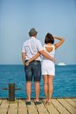 Пары в белый смотреть в море на корабле и объятиях стоковая фотография rf