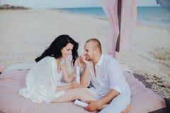 Пары в белых одеждах около моря Стоковое Фото
