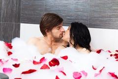 Молодой любовник в ванной
