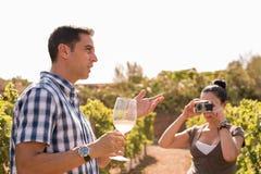 Пары в винограднике принимая фото Стоковые Фотографии RF