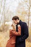 Пары в влюбленности идя в осень паркуют, холодная погода падения Человек и женщина обнимают и осень поцелуя, влюбленности и привя Стоковая Фотография RF