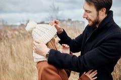 Пары в влюбленности идя в парк, дне валентинок Человек и женщина обнимают и поцелуй, пара в влюбленности, нежные чувства и влюбле стоковое изображение