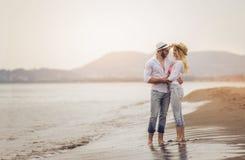 Пары в влюбленности имея датировка потехи на пляже стоковое изображение