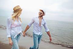Пары в влюбленности имея датировка потехи на пляже стоковое фото