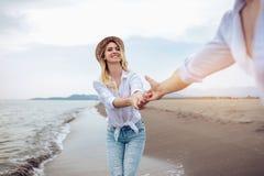 Пары в влюбленности имея датировка потехи на пляже стоковые фотографии rf