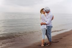 Пары в влюбленности имея датировка потехи на пляже стоковая фотография