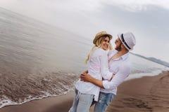 Пары в влюбленности имея датировка потехи на пляже стоковое фото rf